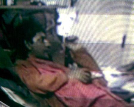 நித்தியானந்தா என்ற சாமியார் படுத்துக் கொண்டு டிவி பார்க்கிறார்