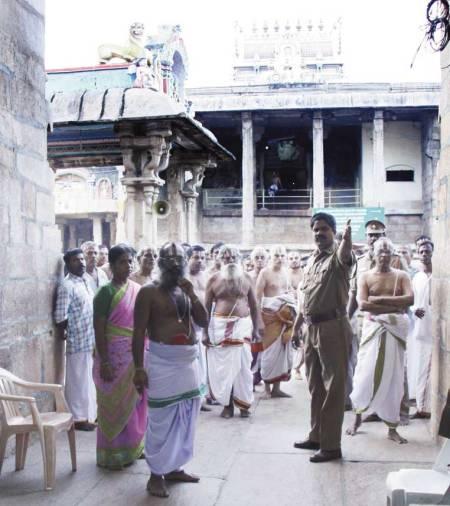 srirangam-என்னா லுக்கு - வினவு படம்